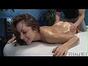 Nainen runkkaa naisten alastonkuvia