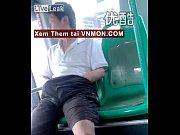 thanh nien tau khua tu suong tren xe bus