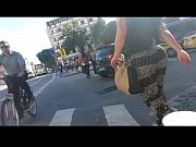 bunda gostosa caminhando na rua