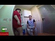 le pilla haci&eacute_ndose una paja en el wc.