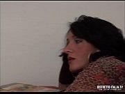 moglie abusata e chiavata dall&#039_operaio mentre il marito.