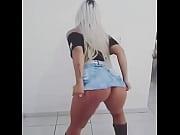 loira dan&ccedil_ando funk s&oacute_ de sainha.
