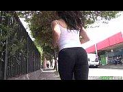 видео порно страстная зрелая на диване с молодым