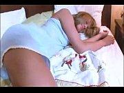 девушка в джинсовой юбке и полосатых чулках матурбирует фалоэмитатором