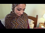 arab woman in hijab: no money, no problem.