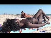Lily, belle black baisée en bondage sur une plage naturiste [Full Video]