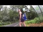 sexy girl public pissing bus at flashing schau auf der seite Frauenmeister