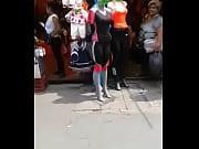 culona en la calle con el novio