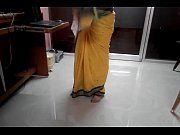 desi tamil married aunty exposing navel in saree.
