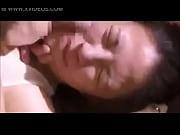 Adolescent dans le lit nu jeune serveuse baisee