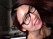 黒縁メガネをしたモデル系アジアン美人のフェラ抜き