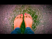 Jasmine plays in the rain barefoot | Porn-Update.com