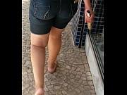 Seguindo a coroa rabuda de bermuda jeans
