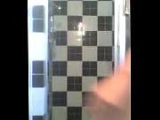 Rubia bailando en la ducha