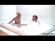 bruder erwischt stief-schwester im bad und fickt sie einfach