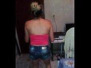 девушка моется на ванне голой