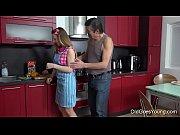 young - zapařen&eacute_ sex v kuchyni mezi mlad&eacute_ kotě
