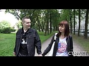 видео где мужчина лапает молодую девушку