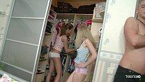 แอบตามสองสาวมาเปลี่ยนเสื้อผ้าพอได้โอกาสเหมาะๆก็จับเย็ดสวิงกิ้งกันครบคน