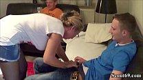 Deutsche MILF fickt mit Jungspund und ihr Mann guckt zu Thumbnail