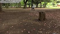 目隠しして公園を手探りで歩く