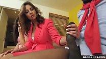 Madrastra sorprende a su hijastra mamandole la ...