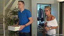 Mutter fickt den jungen Pizzaboy und ihr Mann g...