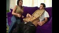 หนุ่มขี้เล่นโชว์จู๋ให้สาวเลือกจะกินพิซซ่าหรือจะอมควยเล่นดุ้นใหญ่โดว่มาเชียวเสียวแทน