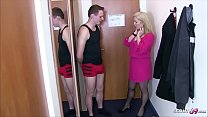 German Step Mom - Mutter fickt den Jungen von Nebenan im Hotel mit einem Trick