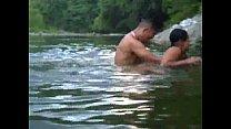 dominican singando en un rio