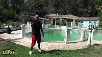 Pivón pelirroja de grandes tetas follando en la piscina