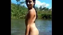 Desnuda en el rio