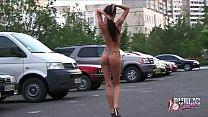 Голая девушка позирует на улицах Москвы.