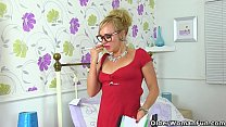British milf Mouse stuffs her fanny with glasses and dildos