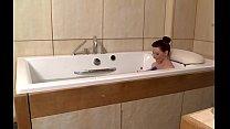 Tetona jugando en el baño-2. Thumbnail