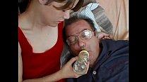 La nena cuida de su tio enfermo Thumbnail