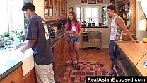 คลิปโป๊สาวญี่ปุ่นได้เล่นเสียวกับสองหนุ่มฝรั่งในห้องครัว