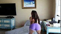 Dillion harper sola ante la webcam