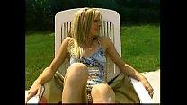 Lesbienne qui se fistent au bord de la piscine Thumbnail