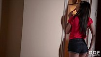 Young babe Liz Heaven's solo session makes you ...