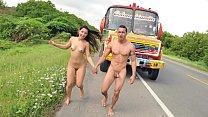 Nataly se va en autobús con los pendejos que acaba de conocer a chupar vergas y a entregar su panocha
