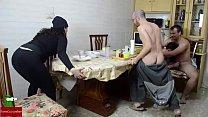 Orgía en el desayuno. Mujer madura y mujer gord...