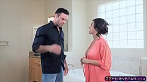 Trophy MILF wife gets fucked by the plumber in ...