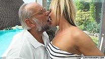 Film Adult Xxx Cu O Blonda Fututa La Piscina De Un Mos