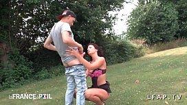 Sa femme francaise se prostitue et suce des q s en pleine nature