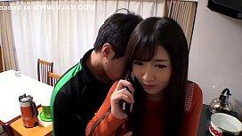 【大槻ひびき】仕事中の旦那と電話中の人妻が、隣人の男に寝取られ大量潮吹きしちゃう!