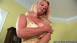 Su senior mom probes her old pussy with a large dildo