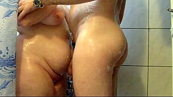 Frau Am Duschen