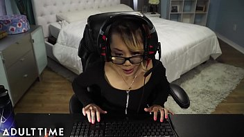 Streaming Video FAIL!! Gamer Chick Accidentally Streams a Fuck and Facial - XLXX.video