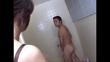 xxarxx تنضج عمة الآسيوية مع أخذ حمام في الحمام